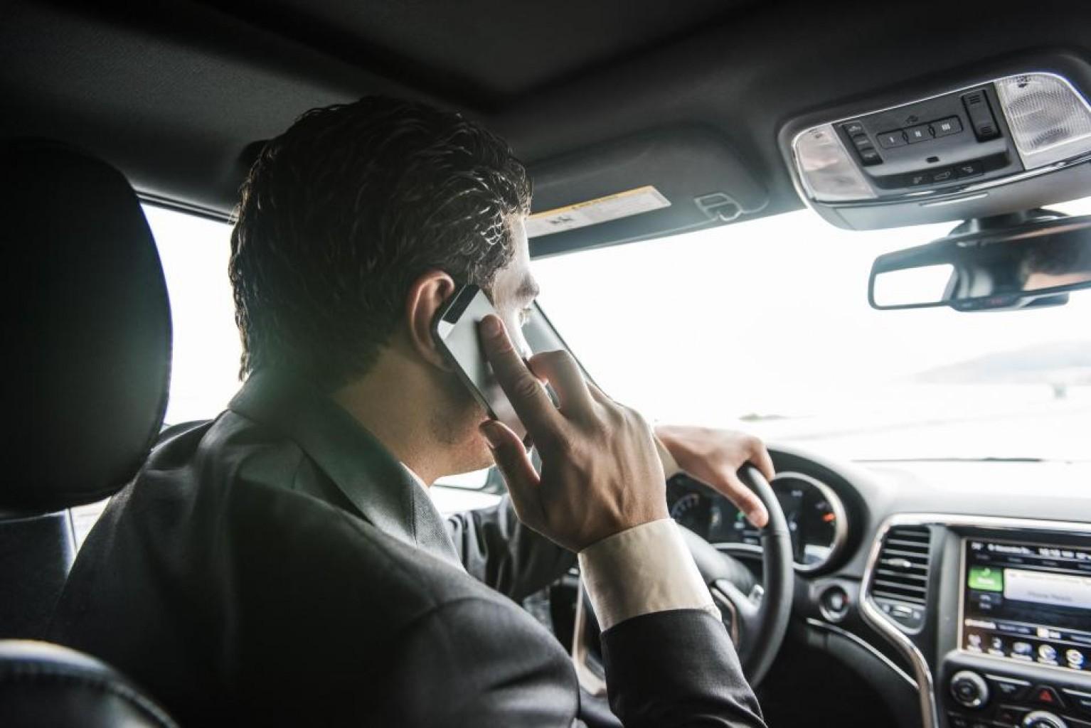 Porque la Generación X y los conductores del milenio  son más propensos a usar sus teléfonos mientras conducen