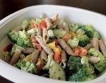 Ensalada de pasta con pepino, pimiento y brócoli