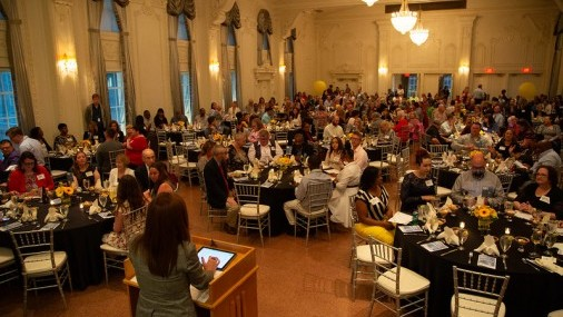 Escuelas De Tulsa en Busca del Maestro del Año