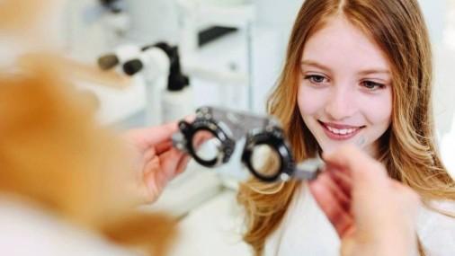 A medida que los padres y las escuelas se desplazan al aprendizaje a distancia los oftalmólogos fomentan más exámenes de la visión