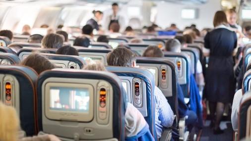 Sanders exige protecciones obligatorias COVID-19 en la industria de las aerolíneas