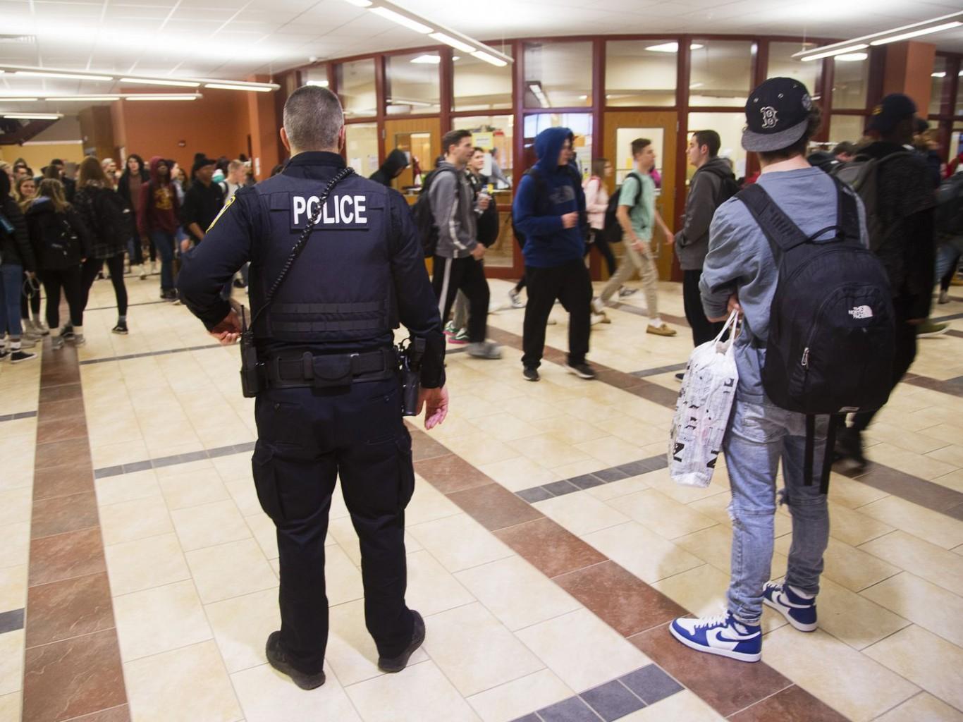 Algunos educadores de color resisten el impulso de escuelas libres de policía