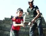 La pandemia cierra escuelas y obliga a los niños a trabajar