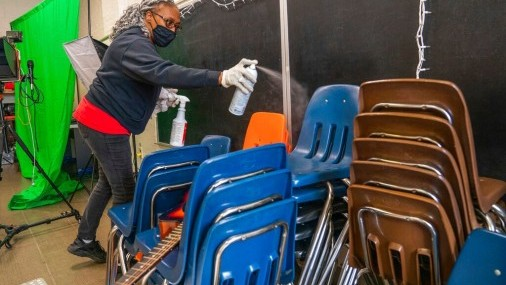 Las escuelas sopesan si deben sentar a los estudiantes más juntos