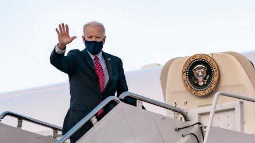"""Biden defiende """"por completo"""" su decisión sobre Afganistán"""